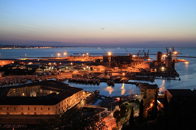 In Ancona, 12 thousand people were evacuated to remove a bomb of the second world war. A very large area that includes Ancona railway station, the port areas, the restaurants and several places of cultural and tourist interest in the city